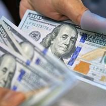 Giá dầu tăng, đồng USD giảm giá so với tiền tệ của các nước sản xuất dầu