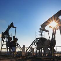 Tồn kho dầu Mỹ bất ngờ tăng, giá dầu rơi thẳng đứng