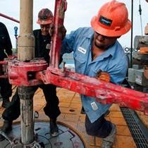 Lo ngại về sản lượng của Mỹ tăng, giá dầu nằm đáy 7 tháng