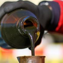 Giới đầu tư dè dặt với lượng tồn kho, giá dầu về đáy 2 tuần