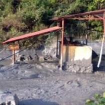 Thảm họa môi trường: Vỡ bể chứa, cả trăm nghìn m3 bùn thải chì chảy ra sông