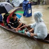 Cố đô Huế chìm trong biển nước, dân đi thuyền giữa phố
