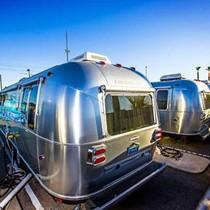 CEO Zappos chọn sống trong ô tô đỗ ngoài công viên dù sở hữu tài sản đủ để mua cả hòn đảo