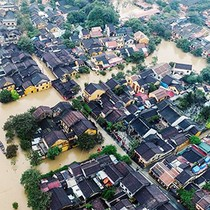 """[Video] """"Khúc ruột"""" Miền Trung gần 20 ngày gồng mình chịu lũ lụt"""