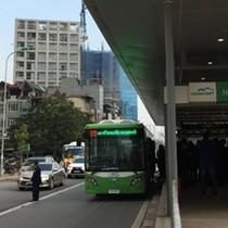 """<span class='bizdaily'>BizDAILY</span> : Tại sao phải """"ưu ái"""" buýt nhanh khi giao thông Hà Nội còn lộn xộn?"""
