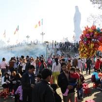 """Nhiều chùa ở Huế """"quá tải"""" ngày đầu năm"""