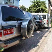 3 xe biển đỏ, hàng loạt ôtô đậu trên vỉa hè bị xử phạt