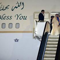 Vua Arab mang hai thang máy mạ vàng, 100 xe limousine đến Nhật