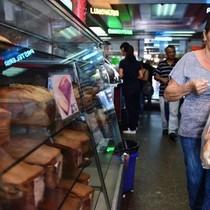 """""""Cuộc chiến bánh mì"""": Venezuela bắt 4 chủ tiệm giữa siêu lạm phát"""