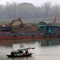 """Bắc Ninh """"kêu cứu"""" vì sông Cầu không cạn vẫn bị nạo vét cát"""