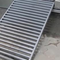[Video] Người Sài Gòn lắp bậc tam cấp ngầm trên vỉa hè