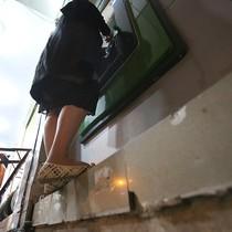 Phá bậc tam cấp, bà bầu bám bục vỉa hè rút tiền ATM