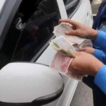 [Video] Tài xế dùng tiền lẻ mua vé qua cầu Bến Thủy, gây tắc nghẽn giao thông