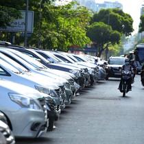 """Người Sài Gòn đi ô tô loay hoay tìm chỗ đậu, sợ phí gửi xe """"chặt chém"""""""