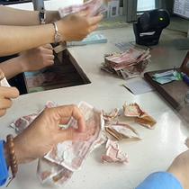 [Video] 100 ôtô mua vé cầu Bến Thuỷ bằng tiền lẻ, nhân viên căng mình kiểm đếm