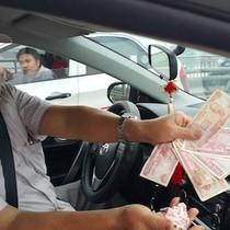 Ôm cả trăm tập tiền lẻ mua vé, nhóm tài xế doạ kiện chủ trạm thu phí
