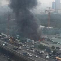 Cháy lớn tại kho hàng trên đường Phạm Hùng