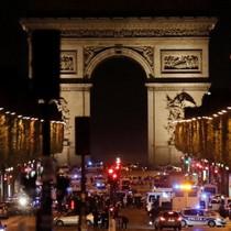 [Video] Nghi phạm trốn chạy sau khi bắn cảnh sát ở Paris
