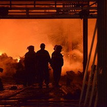 Hà Nội: Gara ô tô cháy lớn trong đêm, ngọn lửa lan nhanh sang Chùa Ngòi