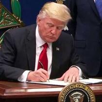 """Ông Trump ký ban hành dự luật ngân sách giúp chính phủ tránh phải """"đóng cửa"""""""