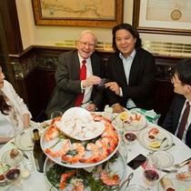 Chi 2,6 triệu USD ăn trưa cùng Warren Buffett