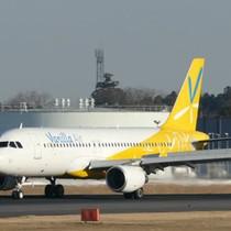Hãng bay Nhật để hành khách liệt chân bò lên máy bay