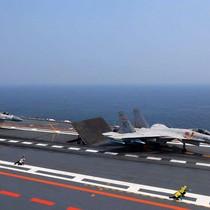 Tiêm kích Trung Quốc gắn tên lửa mô hình diễn tập trên tàu Liêu Ninh
