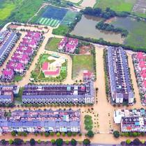 Mưa 60 phút khiến khu đô thị ở Hà Nội ngập cả ngày