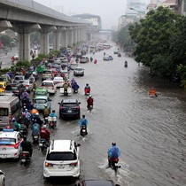 """Ảnh hưởng bão, đường Hà Nội thành """"biển nước"""""""