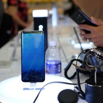 Smartphone cao cấp bán chững lại trước loạt điện thoại bom tấn sắp ra mắt