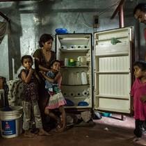 Người Venezuela phải đốt củi nấu ăn vì khủng hoảng kinh tế