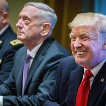 """Ông Trump cảnh báo về """"bão tố"""" khi gặp các tướng lĩnh quân đội Mỹ"""
