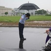 Người Việt phát sốt với Tổng giám đốc Nhật cúi chào bán xăng vì lâu nay... bị bắt nạt