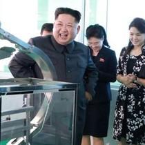 Vợ Kim Jong-un tháp tùng chồng thị sát nhà máy mỹ phẩm