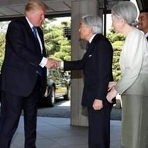 Ông Trump bắt tay nhưng không cúi người chào Nhật hoàng
