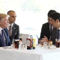 Người Nhật xếp hàng để mua bánh hamburger ông Abe mời ông Trump