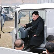 Lãnh đạo Triều Tiên Kim Jong-un cười tươi khi thăm nhà máy xe tải