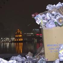 [Video] Hồ Hoàn Kiếm ngập rác sau khi đón giao thừa 2018