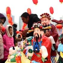 Ngày Thần Tài: Dân Trung Quốc đốt pháo hoa, ăn sủi cảo, không ai đi chen chúc mua vàng!