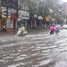 Nhiều đường ở Hà Nội ngập nặng, ùn tắc sau cơn mưa lớn