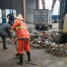 Cặp vợ chồng phải đào bới 10 tấn rác để tìm lại bọc tiền vô tình vứt