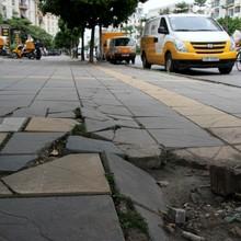 """Hà Nội tiếp tục thay đá vỉa hè """"bền vững 70 năm"""" dù nát sau vài tháng"""