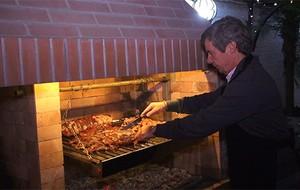 Đại sứ Argentina tự tay nướng thịt đãi bạn bè Hà Nội