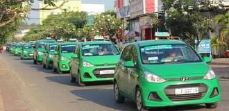 Cạnh tranh với Uber và Grab, taxi truyền thống thêm người túc trực ở phố đi bộ, ngân hàng