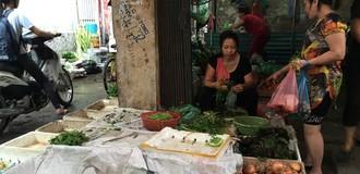 Chợ Hà Nội khan hiếm rau xanh, giá tăng gấp đôi