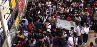 [Ảnh] Người dân đổ về quê dịp lễ 30/4, bến xe đông đúc quá tải