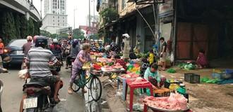 """Chợ """"cóc"""" tái chiếm vỉa hè ở quận trung tâm Sài Gòn"""