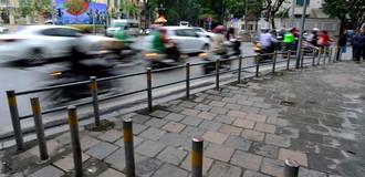Hà Nội dựng hàng loạt rào chắn ngăn xe máy phóng lên vỉa hè