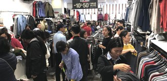 Thị trường 24h: Ồ ạt giảm giá 50%, người dùng tranh nhau mua hàng ngày Black Friday