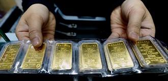 Giá vàng trụ mốc 1.300 USD dù đồng bạc xanh tăng giá
